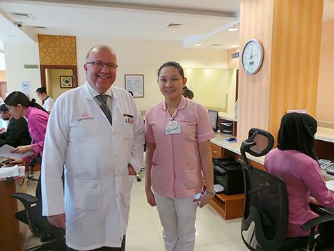 Dr. Gauer an der Rezeption