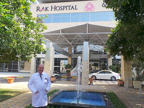 Dr. Gauer vor dem Hospital
