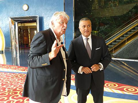 Dietmar Ossenberg mit Hotelmanager