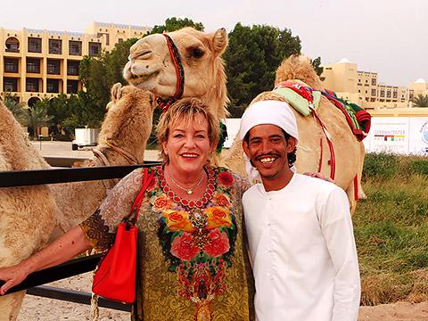 Kameluschi mit Beduine und Kamelen