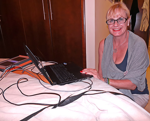 Karin am Computer