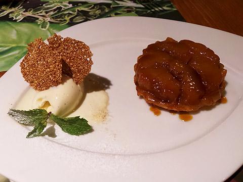 Karamellisiertes Birnentörtchen mit Vanille-Eis