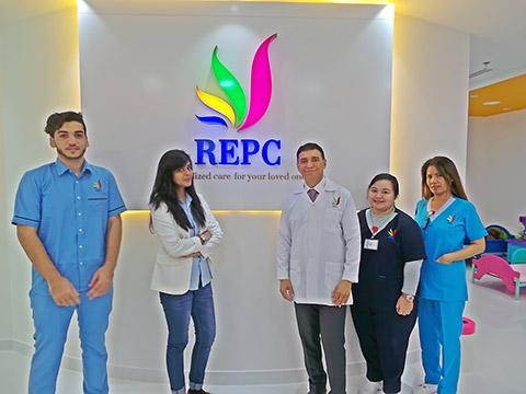 Dr. Antonio mit Nurses und Front-Desk-Personal