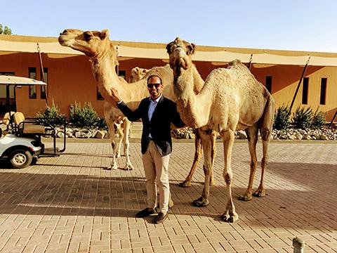 Amit Arora mit Kamelen