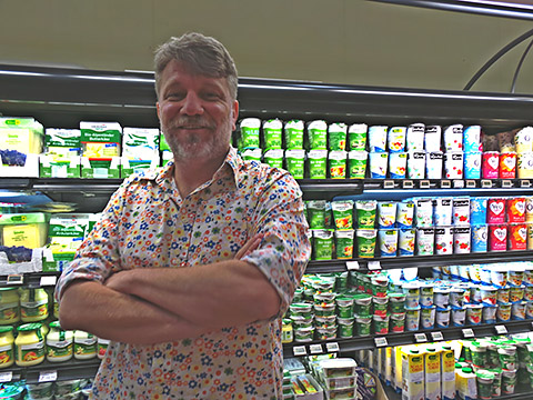 Nils mit Bio-Milchprodukten