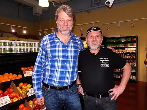 Nils mit deutschem Apfelbauern
