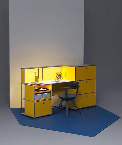 Beleuchteter Schreibtisch