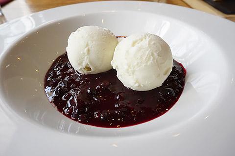 Rote Grütze mit Vanilleeis