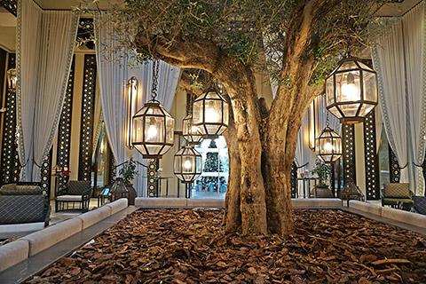 Lobby mit Blick auf Weihnachtsbaum