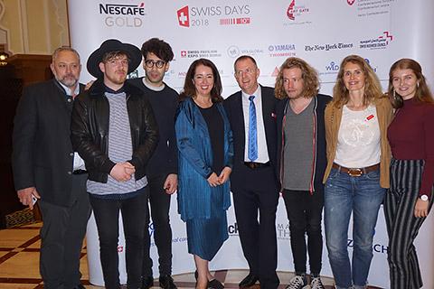 Gruppenbild mit Band und Botschafterin