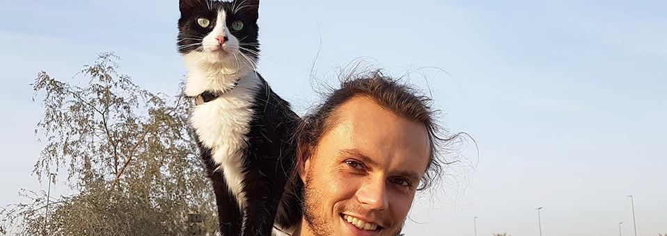 Ein Mann und eine Katze – auf einem Motorrad
