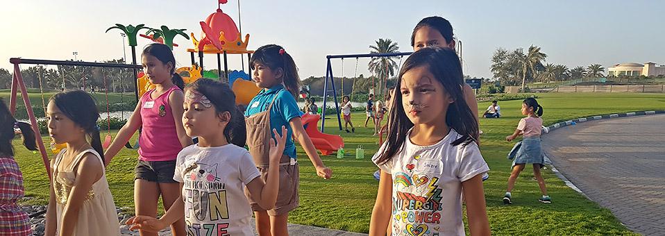 Ostereier, Osterhase und glückliche Kinder