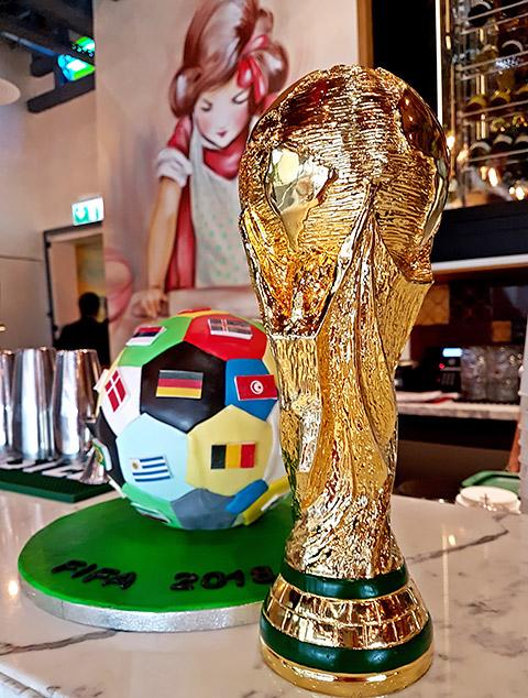 Kuchen und Pokal