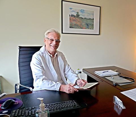 Dr. Noor am Schreibtisch