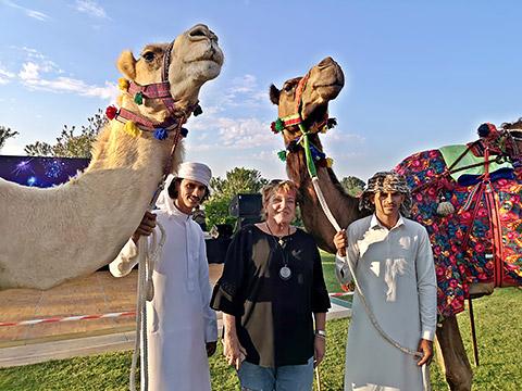 Uschi mit Bedus und Kamelen