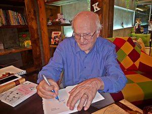 Autor beim Signieren
