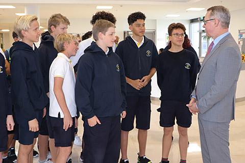 Botschafter Ernst Peter Fischer mit Schülern
