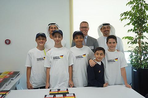 Botschafter und Executive Director mit Schülern